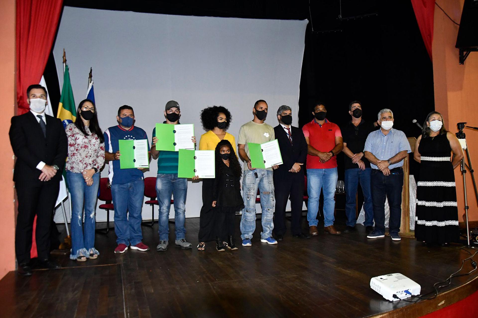 Cinco representantes do bairro receberam os certificados das maos das autoridades do municipio PMI